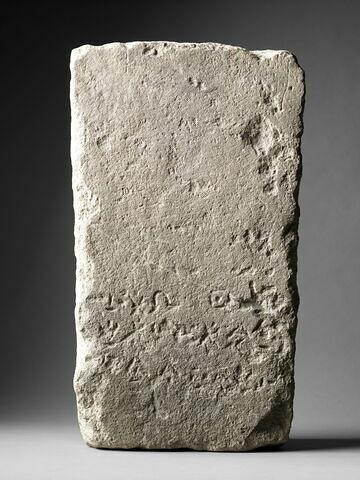 bloc ; stèle
