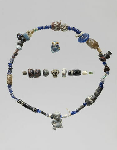 collier ; perle ; pendentif ; amulette