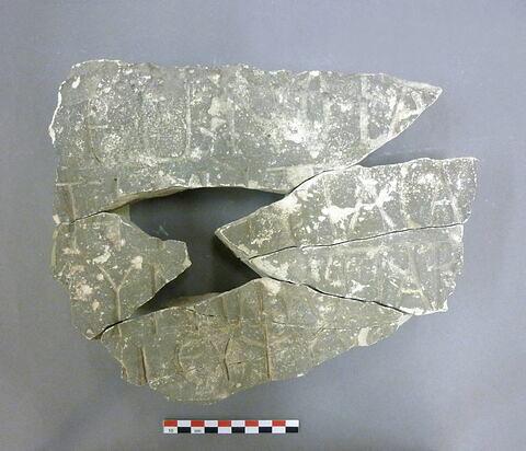 stèle  ; dalle  ; plaque