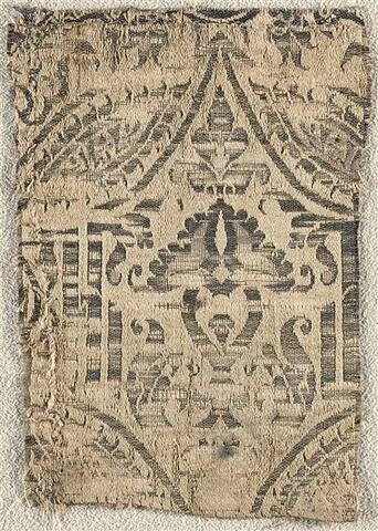 Petit fragment de lampas à motif végétal et inscription