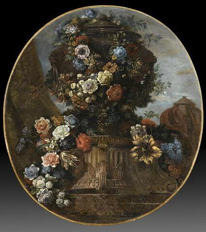 Vase de porphyre entouré de guirlandes de fleurs printanières