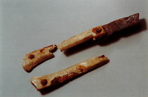 couteau, fragment ; manche de couteau fragment ; lame de couteau, fragment