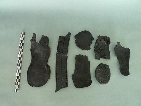 talon de chaussure, fragment ; semelle de chaussure, fragment ; chaussure, fragment