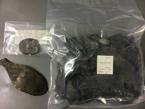 semelle de chaussure, fragment ; talon de chaussure, fragment ; chaussure, fragment