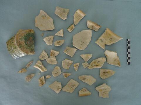 fond, fragment ; fragment en céramique