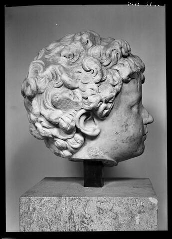 profil droit © 1985 Musée du Louvre / Maurice et Pierre Chuzeville