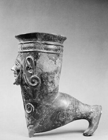 vase plastique ; rhyton