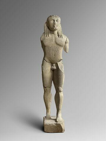 """moulage ; statue ; """"Kouros B"""", identifié à Apollon, à l'un des Jumeaux, Cléobis ou Biton, ou à l'un des Dioscures, Castor ou Pollux."""