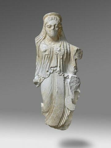 """moulage ; acrotère ; statue ; Nikè en position dite """"de la course agenouillée""""."""