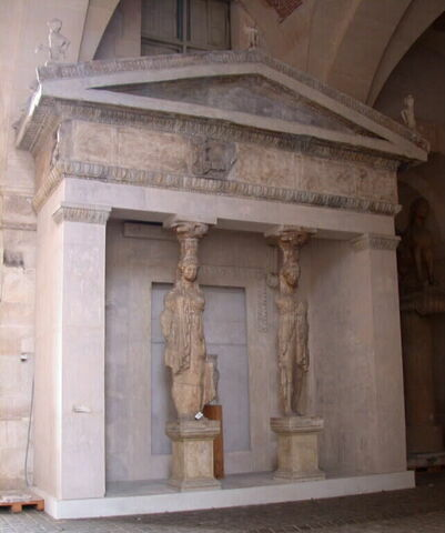 moulage ; façade  ; statue ; Façade ouest du trésor de Siphnos à Delphes
