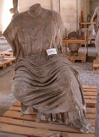 """moulage ; décor architectural ; statue ; Figure """"K"""" dite """"Hestia"""", """"Themis"""" ou """"Léto""""."""