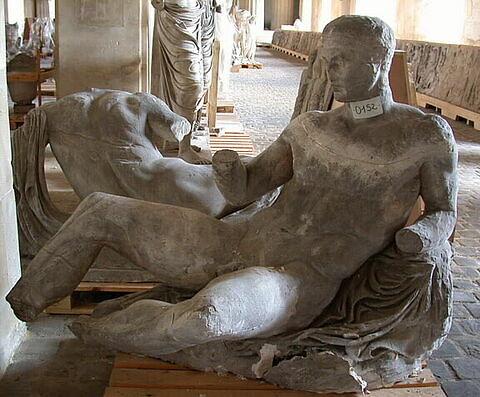 """moulage ; décor architectural ; statue ; Figure """"D"""" dite """"Dionysos"""", parfois identifié comme """"Arès"""", """"Héraclès"""" ou """"Thésée"""""""