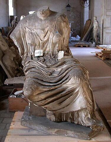 """décor architectural ; statue ; Figure """"K"""" dite """"Hestia"""", """"Themis"""" ou """"Léto"""""""