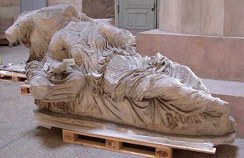 """moulage ; décor architectural ; statue ; Figures """"L"""" et """"M"""", """"Dionè"""" ou """"Artémis"""" et """"Aphrodite""""."""