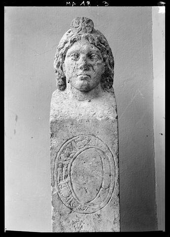 statue ; pilier de balustrade