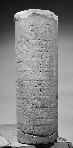 borne ; inscription