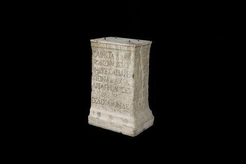 base de statue ; inscription