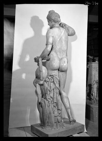 trois quarts dos © 1989 Musée du Louvre / Maurice et Pierre Chuzeville
