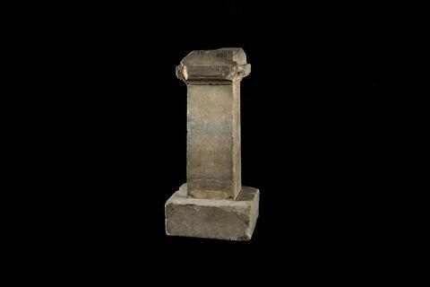 base de statuette ; inscription