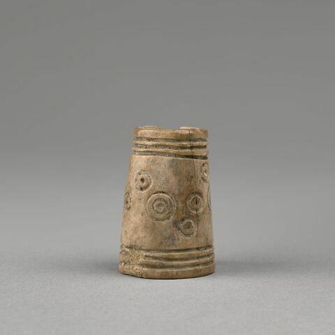 fragment indéterminé ; pyxis