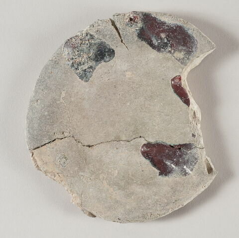 Galette ou disque d'argile fragmentaire (provenant certainement d'un four de potier)