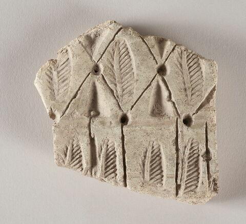 Fragment à motifs de feuilles nervurées ou plumes stylisées