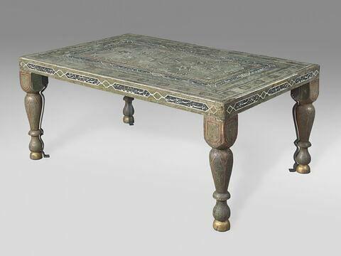 Table à décor d'étoiles et inscription