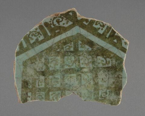Fragment de fond de coupe au quadrillage bordé d'une inscription Kufique