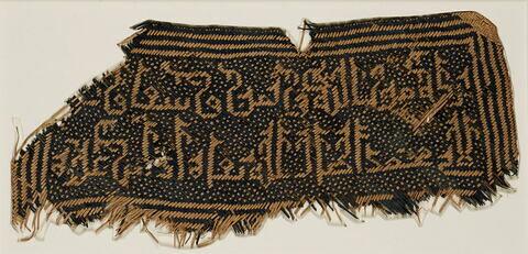 Fragment de natte ou d'éventail orné d'un décor épigraphique, au nom du calife al-Muktafi (?)