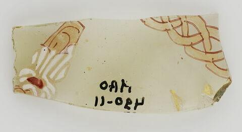 Fragment au petit personnage (sans tête) et au galon tressé