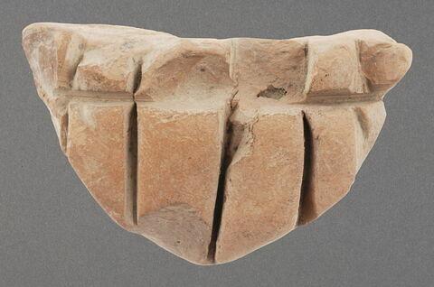 Morceau d'argile à larges rainures parallèles (4) et une perpendiculaire