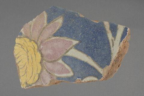 Fragment de carreau à la corolle de fleur