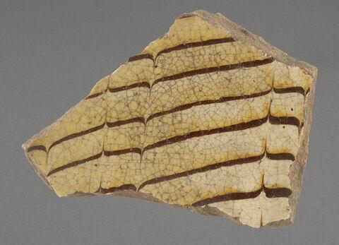 Fragment de coupe (?) à décor d'engobe marbré formant un motif peigné d'accolade