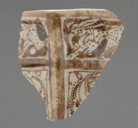 Fragment de récipient polygonal de style miniature à rebord aplati