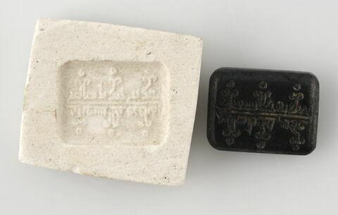 Chaton à décor de deux lignes d'inscription
