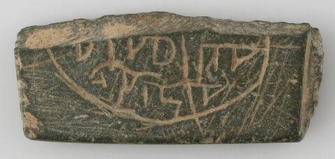 Pierre fragmentaire gravée d'une inscription cursive