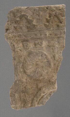 Fragment de support à décor de médaillon, ruban perlé et frise de merlons
