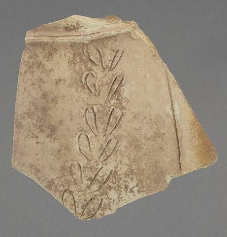 """Fragment de jarre (?) à décor de """"branche de laurier"""""""