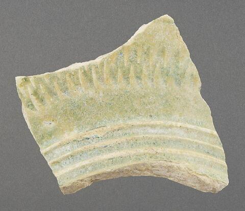 Fragment de base de col avec amorce d'épaule ou de panse à décor de rainures et de motif zigzag