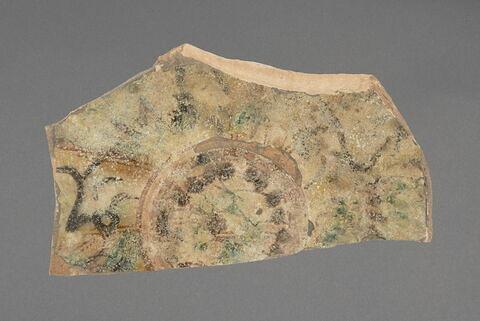 Fragment de fond de plat à décor de stries et de tâches colorées