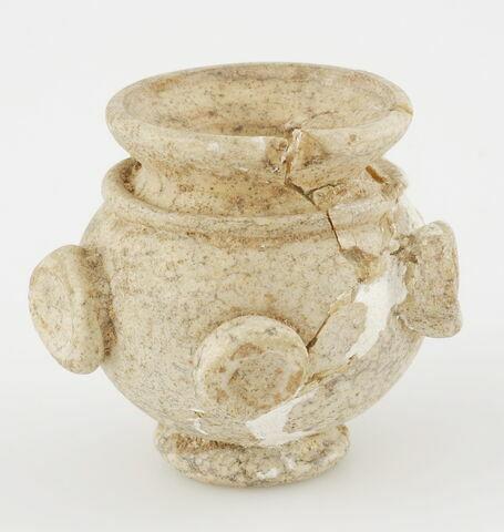Petit vase sphérique à embouchure évasée et à base annulaire, orné de disques concaves; marque de pontil sous la base