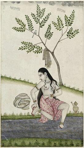 Jeune femme se lavant les pieds