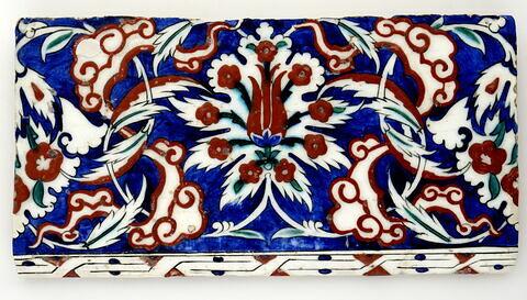 Carreau de bordure aux palmettes fleuries et aux nuages tchi