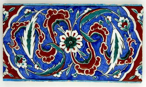 Carreau de bordure aux nuages tournoyants et feuilles hanceri sur fond bleu