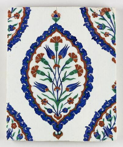 Carreau à décor de mandorles meublé d'un bouquet quatre fleurs