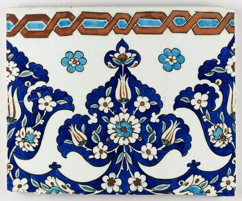 Carreau à fleurons fleuris et motif de tresse