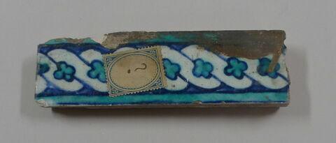 Fragment de carreau de bordure tressé