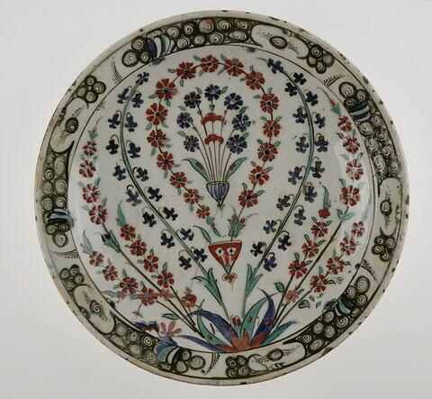 Plat au décor floral en arceaux