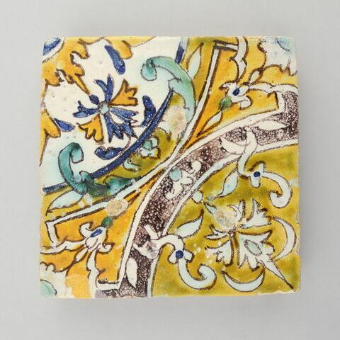Carreau à décor de médaillons tangents décorés d'éléments végétaux stylisés