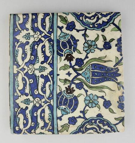 Carreau à tulipes et mandorles et bordure à imbrication de lignes de fleurons